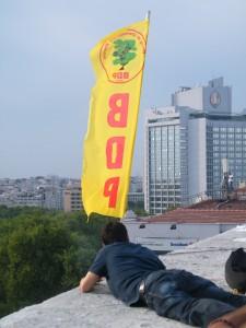 Source : Pierre Pandelé, Militant BDP sur le toit du centre culturel Atatürk, Taksim, 5 juin 2013
